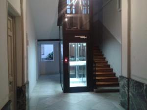 Ascensor hueco de la escalera soluci n escaleras con for Huecos de escaleras modernos