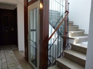 Ascensores en el hueco de la escalera diselstudio for Huecos de escaleras modernos