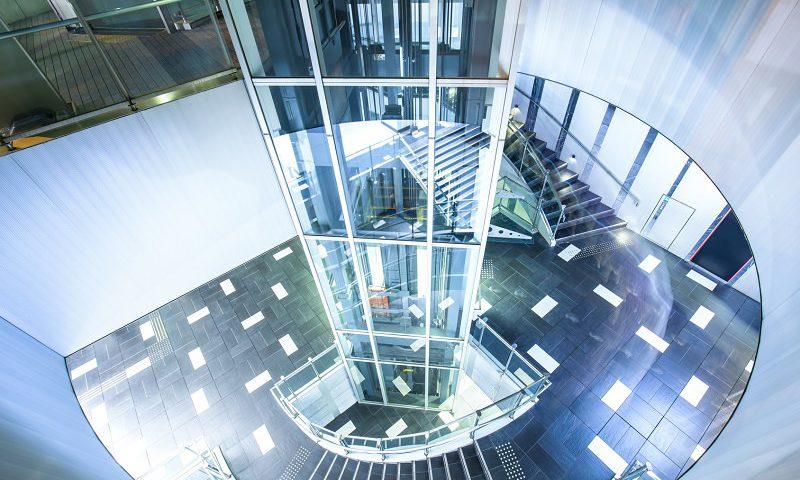 cómo beneficiarte de la instalación de ascensores neumáticos este verano
