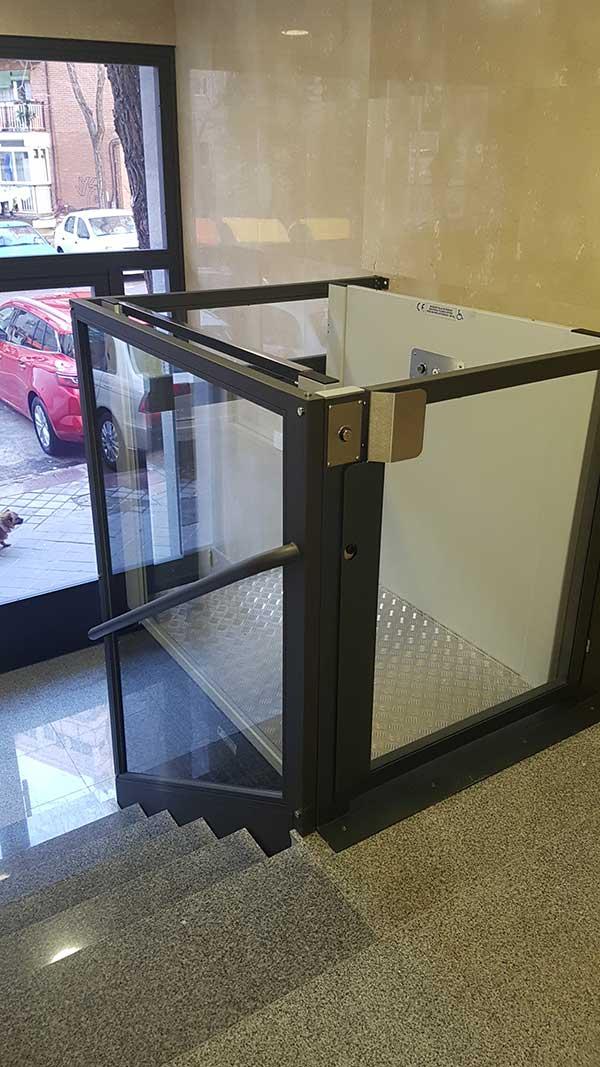 instalación elevador vertical viviendas para minusválidos