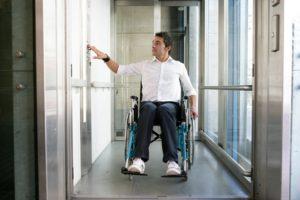 instalar un ascensor mejora la accesibilidad de los edificios para las personas con movilidad reducida