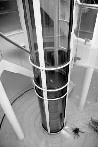 ascensor en el hueco de escalera